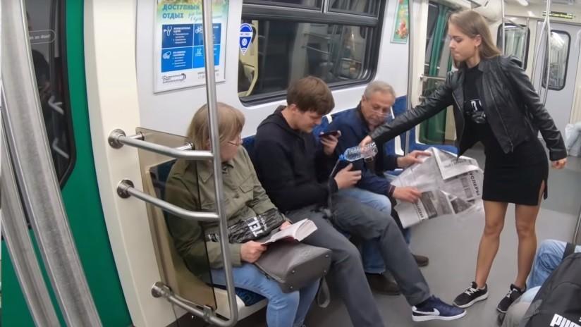 VIDEO: Activistas derraman lejía en la ingle de hombres que se abren de piernas en el metro