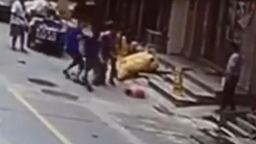 VIDEO: Dos trabajadores se rompen el brazo al salvar a una niña de estrellarse contra el suelo