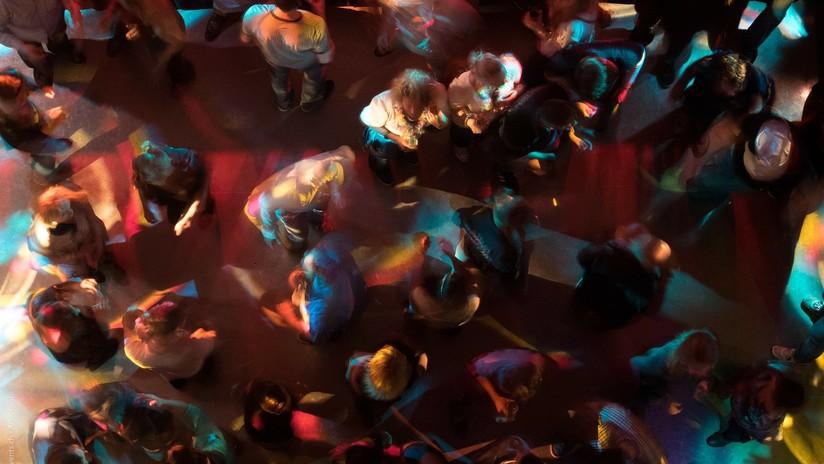 """Foto de una joven aburrida en una discoteca se convierte en el meme """"más identificable"""" de la Red"""