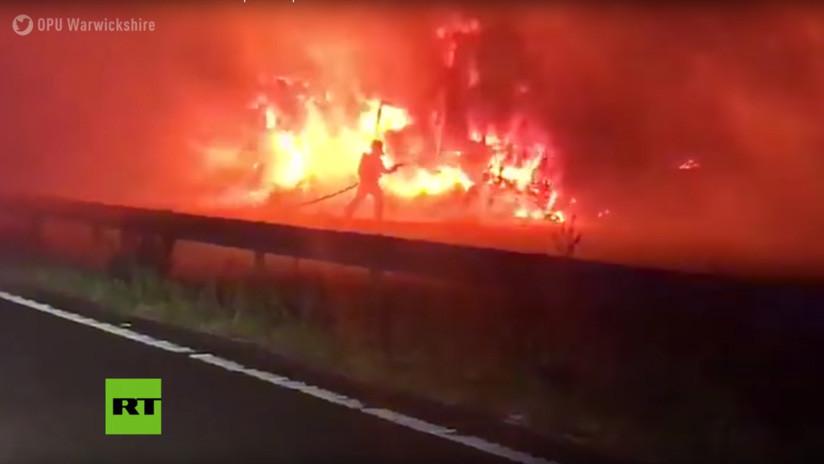 """""""Visión del infierno"""": Un incendio devora tres camiones en plena ruta en el Reino Unido (VIDEO)"""
