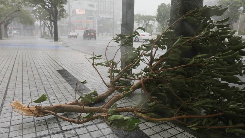 """VIDEO: El """"imparable"""" tifón Trami llega a Japón y deja heridos, hogares sin luz y vuelos cancelados"""