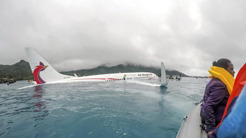 VIDEO: El momento en que marinos sacan a los pasajeros del Boeing tras su aterrizaje en el mar