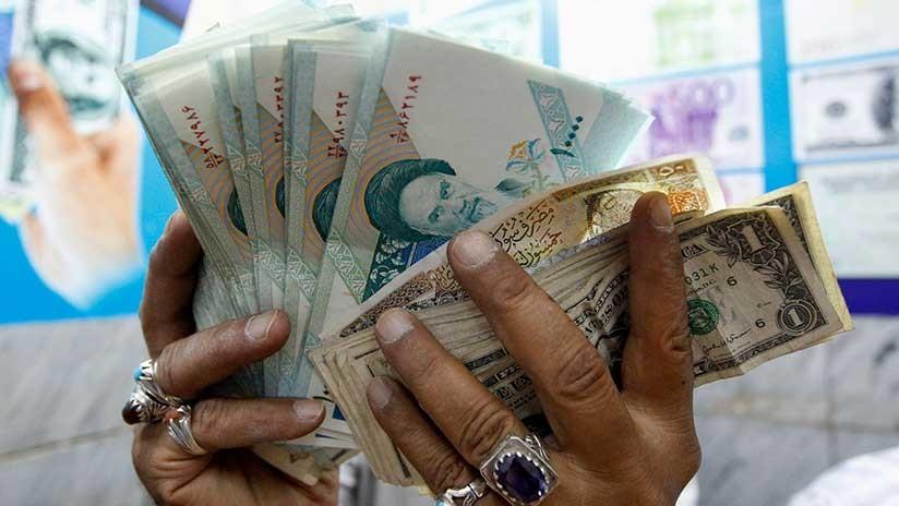 Un Vendedor Inspecciona Riales Iraníes En Una Tienda De Cambio Bagdad Irak Thaier Al Sudani Reuters