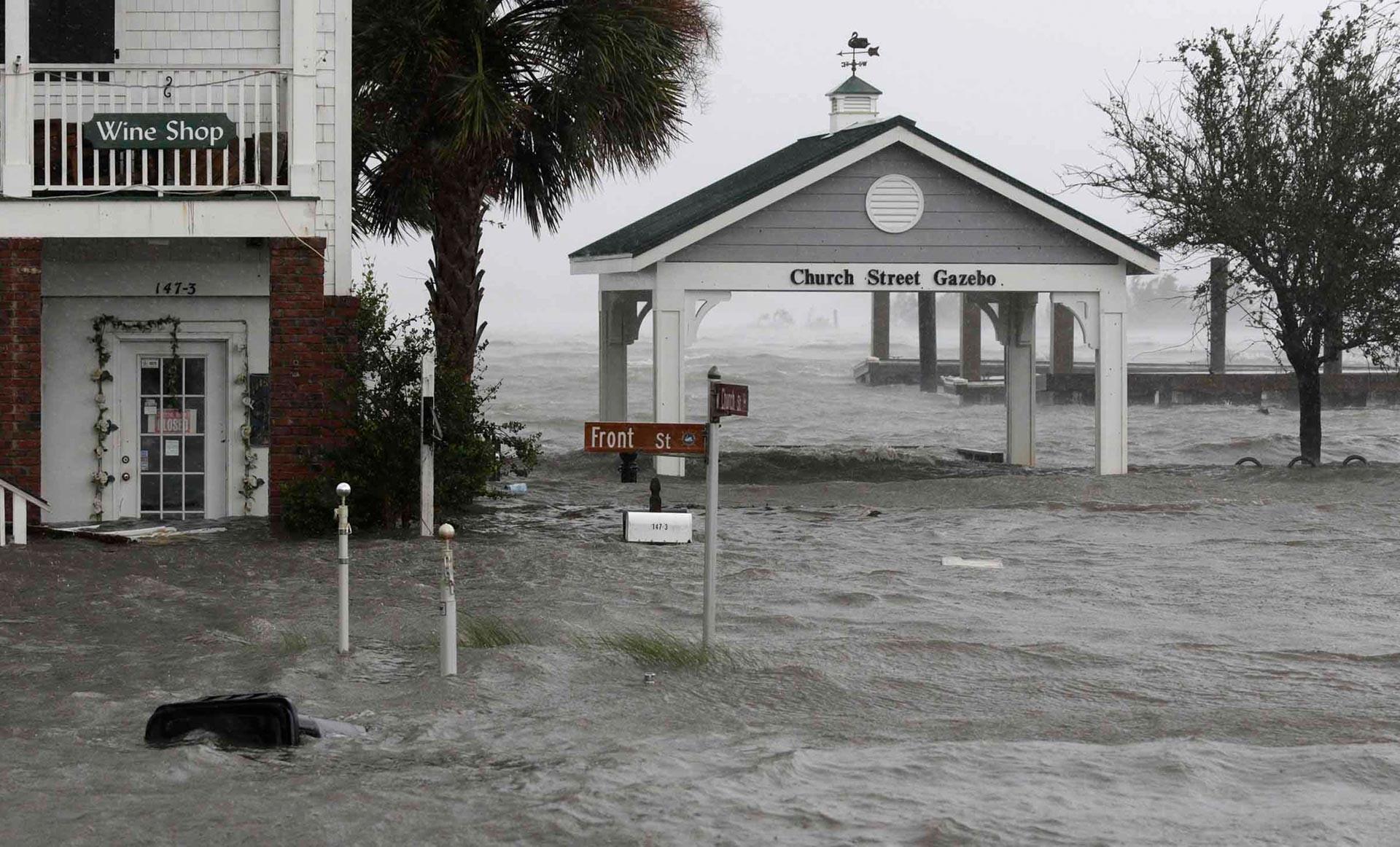 "Estado de emergencia: Lo que se sabe del ""extremadamente peligroso"" huracán Florence 5b9d3c4008f3d90f3f8b4570"