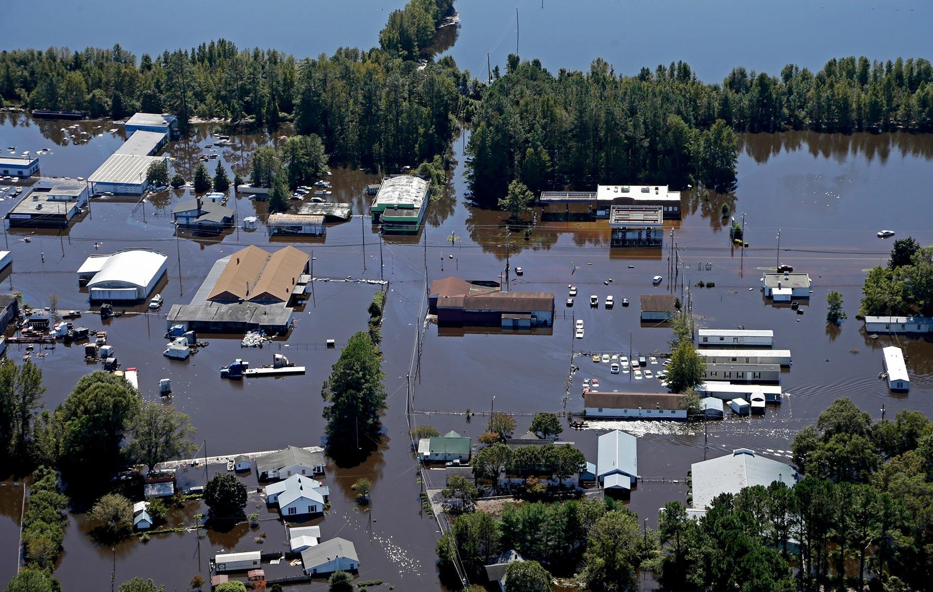 "Estado de emergencia: Lo que se sabe del ""extremadamente peligroso"" huracán Florence 5b9d3c4008f3d90f3f8b4575"