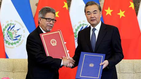 Los cancilleres de China y El Salvador, Wang Yi y Carlos Castaneda, en Pekín, 21 de agosto de 2018.