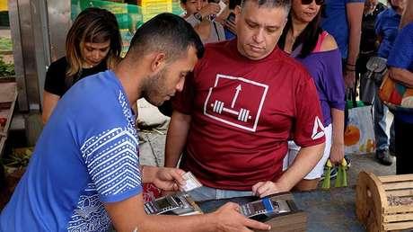 Un vendedor usa punto de venta en un mercado de Caracas, el 18 de agosto de 2018.