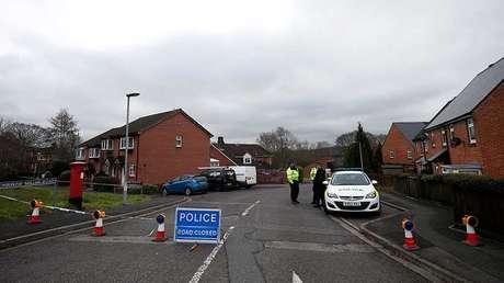 Policías hacen guardia cerca del domicilio de Serguéi Skripal en Salisbury, Reino Unido, el 11 de marzo del 2018.