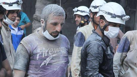 Residentes y miembros de los Cascos Blancos en un barrio de Alepo, Siria, 17 de septiembre de 2015