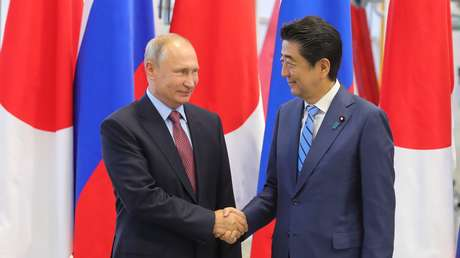 El presidente de Rusia, Vladímir Putin, y el primer ministro de Japón, Shinzo Abe, durante una reunión en Vladivostok el 10 de septiembre de 2018.