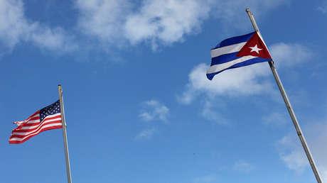 Banderas de los EE.UU. y Cuba.