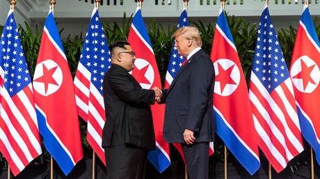 El líder norcoreano Kim Jong-un junto al presidente de EE.UU. Donald Trump.