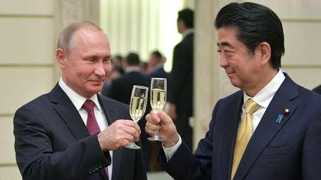El presidente ruso, Vladímir Putin, y el primer ministro japonés, Shinzo Abe, en el Teatro Bolshói, Moscú (Rusia), 26 de mayo de 2018.