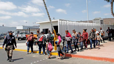 Familias migrantes intentan ingresar a EE.UU. a través de Tijuana, México, el 19 de junio de 2018