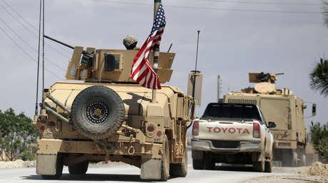 Las banderas de EE.UU. en los vehículos militares en la ciudad siria de Manbij, el 12 de mayo de 2018.
