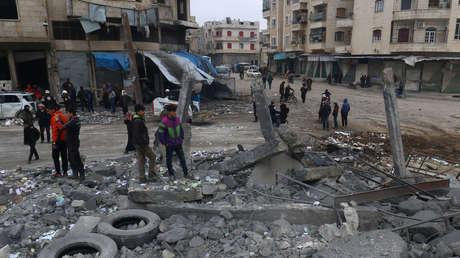 Habitantes de Idlib, Siria, inspeccionan un sitio de la ciudad afectado por ataques aéreos, el 18 de enero de 2017.