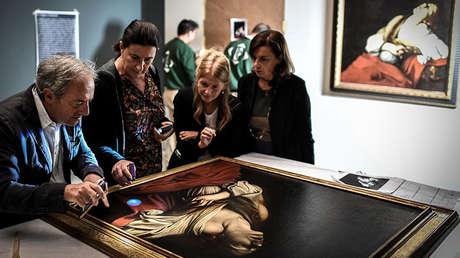 Expertos inspeccionan la obra 'María Magdalena en éxtasis' de Caravaggio en el museo Jacquemart-André de París, el 17 septiembre de 2018.
