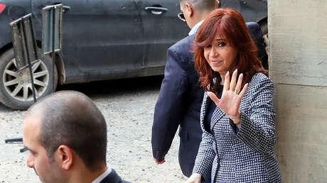 La expresidenta de Argentina, Cristina Fernández de Kirchner, abandona un edificio de la Justicia Federal, el 18 de septiembre del 2018.