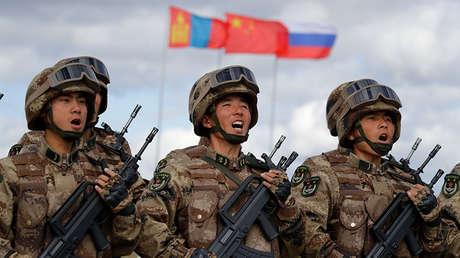 Soldados chinos marchan durante los ejercicios militares Vostok 2018 en Siberia Oriental (Rusia), el 13 de septiembre de 2018.