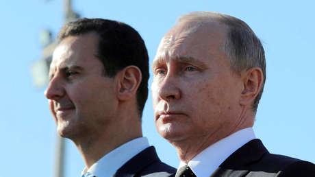 Vladímir Putin y Bashar al Assad durante una visita a la base aérea de Jmeimim en Latakia, Siria, el 11 de diciembre de 2017.