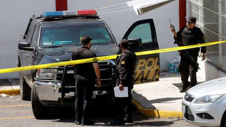 Policías vigilan la morgue de la ciudad de Guadalajara, Jalisco, México, 20 de septiembre de 2018.