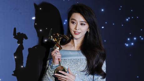 La actriz china Fan Bingbing posa después de ganar el premio a la mejor actriz de los Asian Film Awards en Hong Kong, el 21 de marzo de 2017.