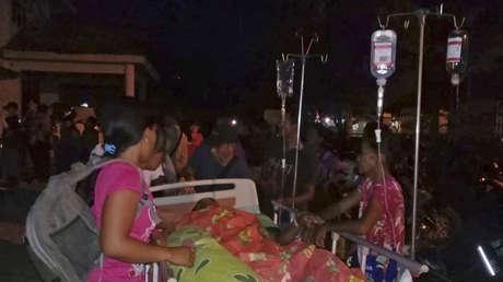 Pacientes evacuados de un hospital después de un fuerte terremoto en Poso, Sulawesi central, Indonesia, el 28 de septiembre de 2018.