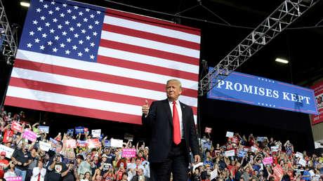 El presidente Donald Trump saluda a sus simpatizantes en Virginia Occidental, EE.UU., el 29 de septiembre de 2018.