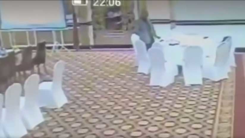 Un burócrata pakistaní roba la cartera a un delegado kuwaití (VIDEO)