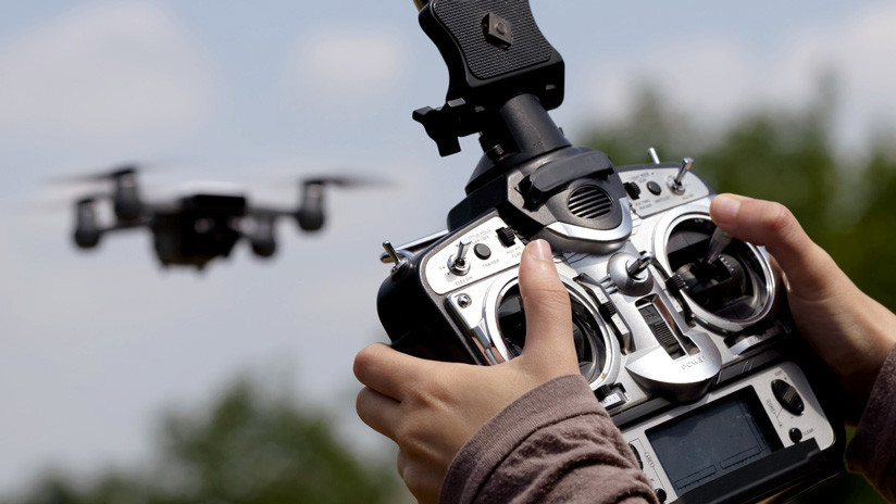 VIDEO: Quiere grabar una reunión familiar con un dron y acaba estrellándolo en la cara de una mujer