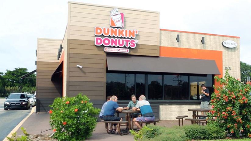 Dunkin Donuts despidio a empleado tras lanzar agua a joven