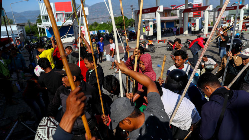 Pescadores huyen del tsunami que azotó Indonesia (VIDEO)
