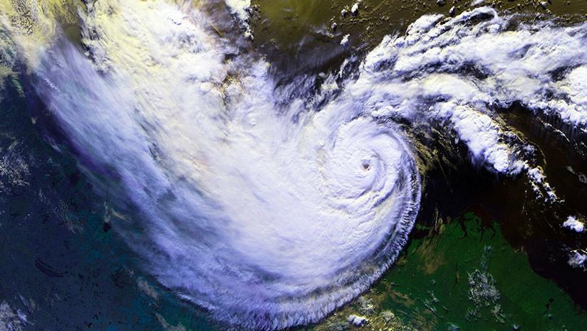 ¿Un mensaje de advertencia de la Tierra?: Dos enormes ciclones acechan el Pacífico (GIF)