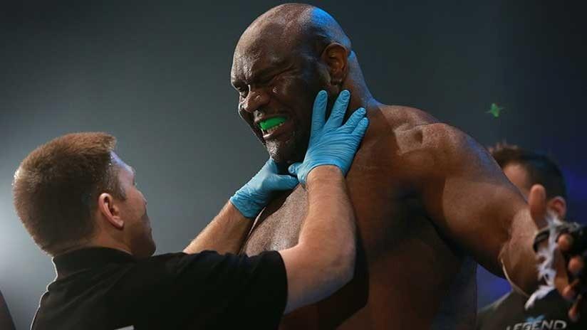 VIDEO: Dos luchadores de MMA acaban exhaustos y empiezan una 'pelea' de miradas sobre el ring