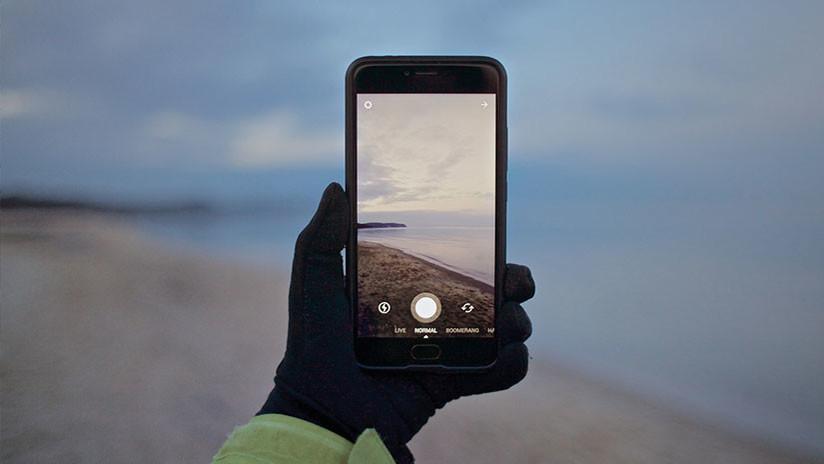 FOTO: Un 'viajero del tiempo' con un celular 'se cuela' en una imagen de los años 40
