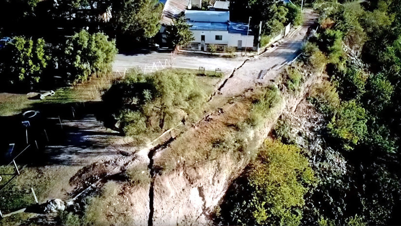 VIDEO, FOTOS: Una enorme grieta amenaza con desaparecer parte de un pueblo en Argentina