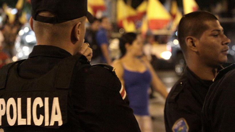 VIDEO: Llama a la Policía por un robo y uno de los oficiales sustrae dinero del negocio