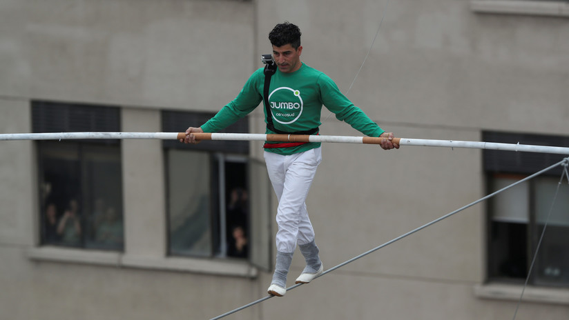 Famoso acróbata atraviesa paseo peatonal sobre alambre a 50 metros de altura (+ Video)