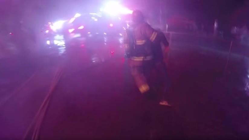 VIDEO: Dramático rescate por bomberos de un hombre en una casa en llamas en EE.UU.