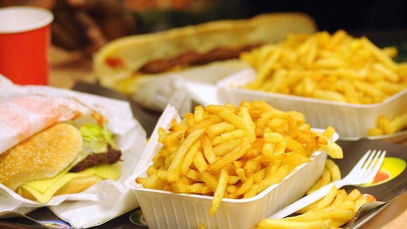 """""""¡No sirvan a Dipsy!"""": Un entrenador reparte folletos en restaurantes para ayudar a un joven obeso"""