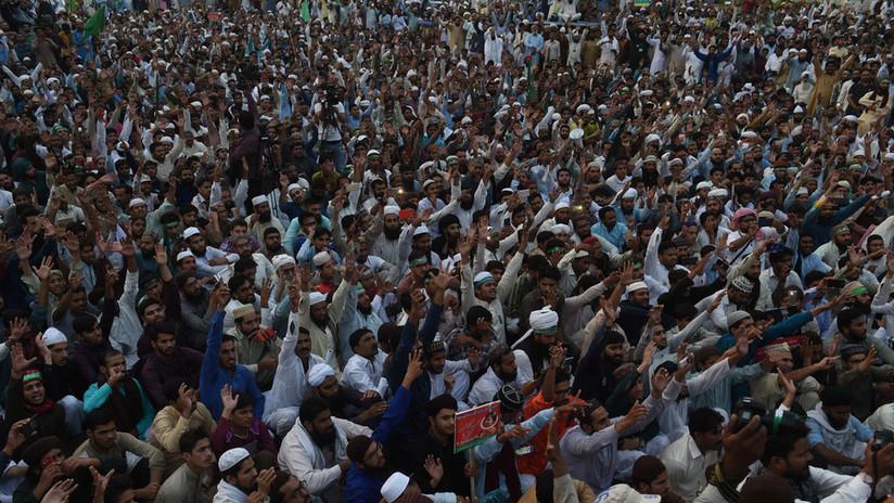 FOTOS: Miles de pakistaníes exigen la muerte de una mujer cristiana condenada por insultar al islam