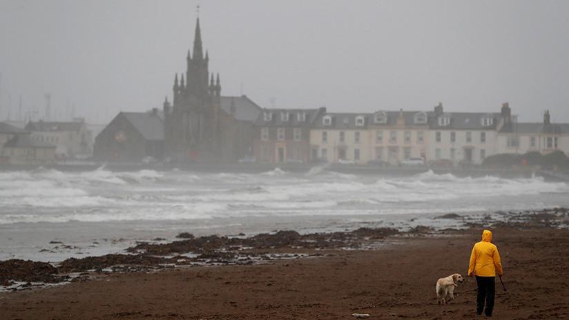 '¡A veces una cascada no cae!': Un escocés graba este fenómeno natural inusual (VIDEO)