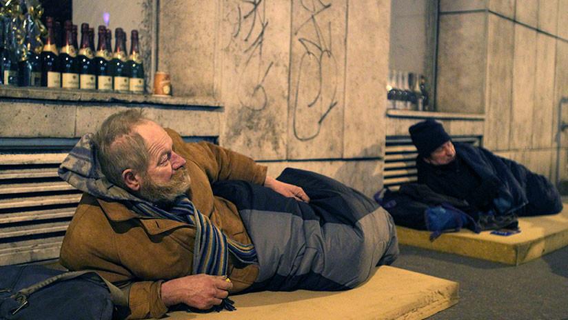 Este país criminaliza dormir en las calles