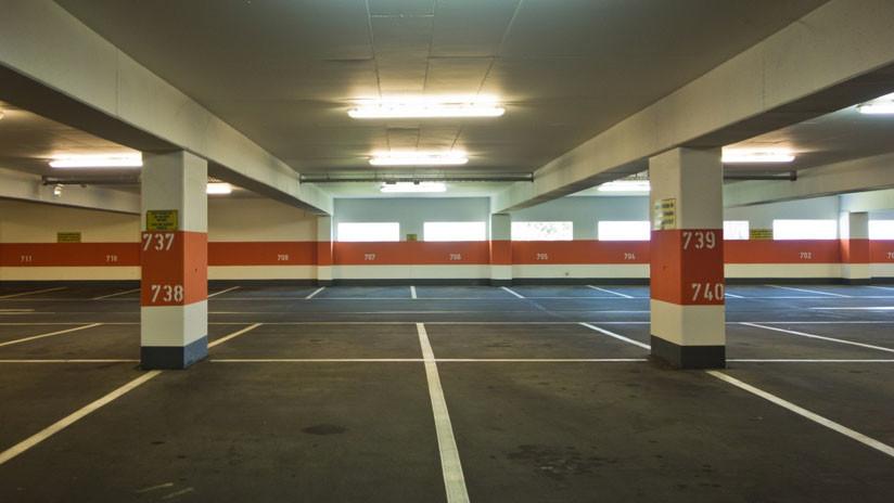 Hombre golpea brutalmente a dos mujeres por ganar el cajón del estacionamiento