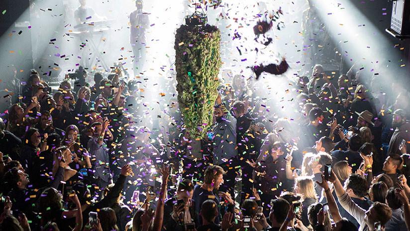 Canadienses celebran legalización fumando marihuana
