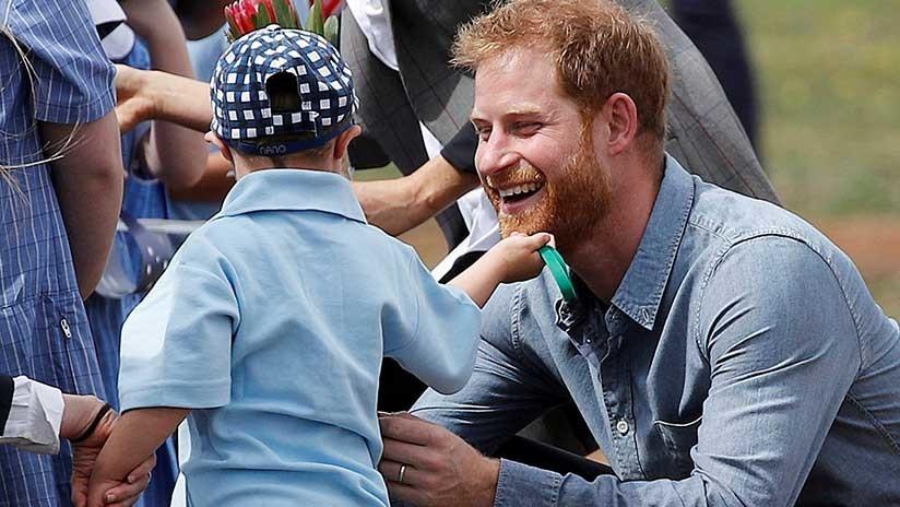 VIDEO: Un niño juega con la barba del príncipe Enrique