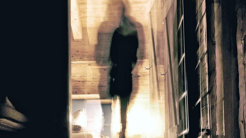 Una mujer afirma haber fotografiado a dos fantasmas en un museo de Londres (IMAGEN)