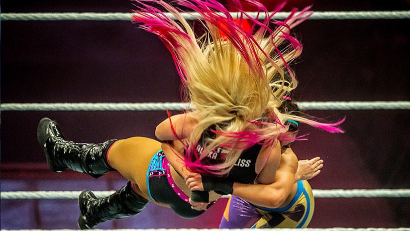 """VIDEO: El terrible momento en que se le """"explota"""" la rodilla a una luchadora de la WWE"""