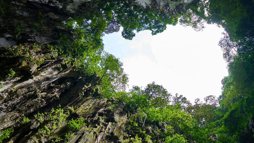 VIDEO: En un gigantesco socavón de China descubren cueva del tamaño de dos pirámides de Guiza
