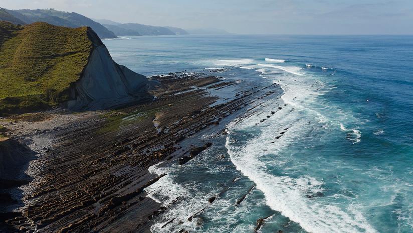 VIDEO: Un surfista muestra cómo el plástico invade una costa española protegida